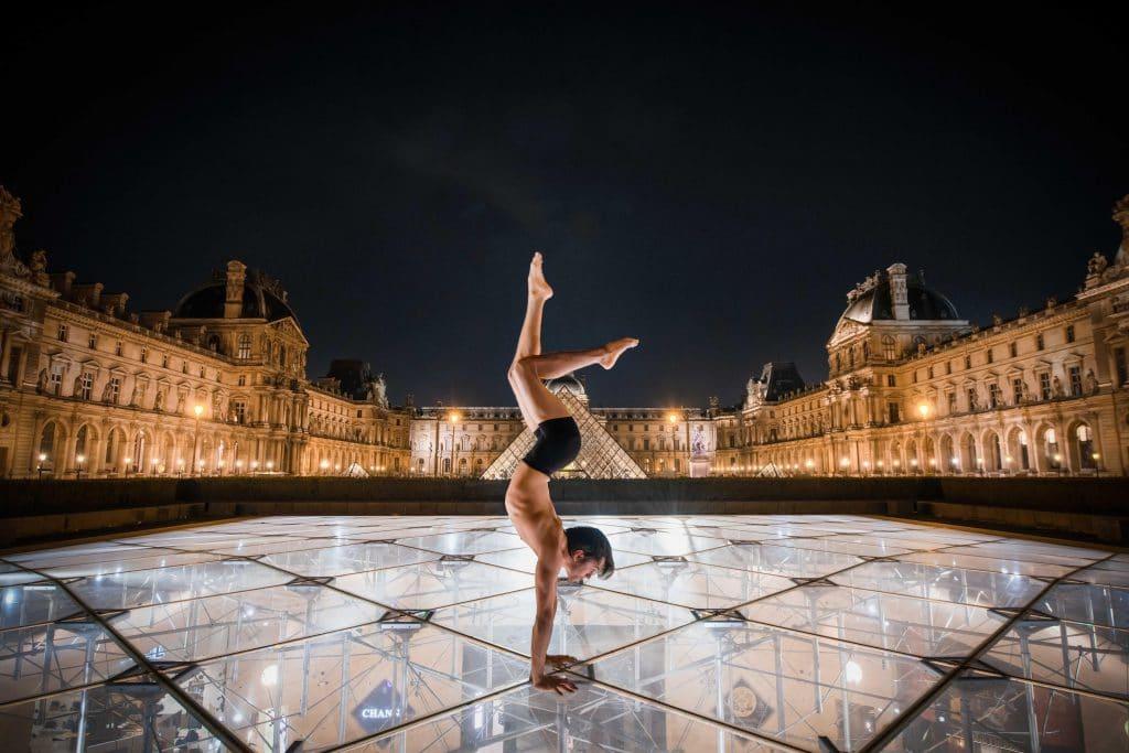 Diego Salles, Artiste, Acrobate, Musée de Louvre, Louvre museum, Pyramide inversée - © Aurore Alifanti Photographie - Photographe Paris, Voyage, Tourisme